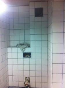 Igangværende badeværelse af Hovedstadens VVS og Kloak A/S, her vil toilettet blive placeret  med mat krom trykknap. Hullet oppe th. er inspektionshul for samlinger til vandledninger..